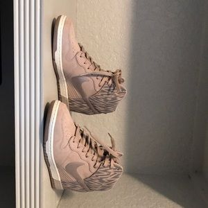New nike dunk sky high Beige and Grey in color